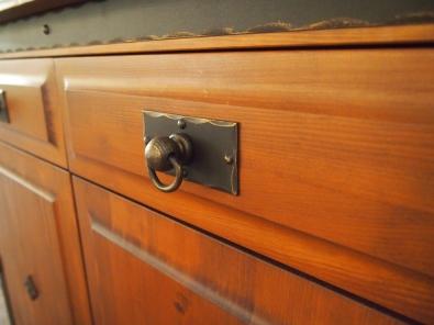 Kommode 2-türig mit Schubladen Eisen und Holz Kombination